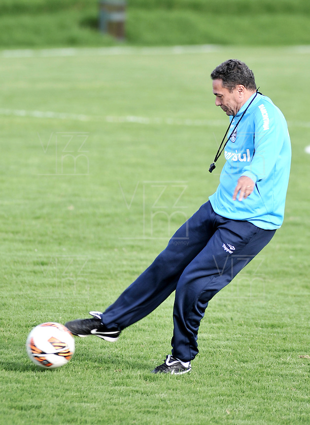 BOGOTA - COLOMBIA - 09-05-2013: Vanderlei Luxemburgo Director Tecnico del Gremio durante entreno en el Centro de Alto Rendimiento en Altura en la ciudad de Bogota, mayo 09 de 2013. El gremio de Brasil se encuentra en Bogota para disputar partido de vuelta de la Copa Bridgestone Libertadores contra el Independiente Santa Fe, el proximo mayo 16 en el estadio Nemesio Camacho el Campin. ( Foto: VizzorImage / Luis Ramirez / Staff). Vanderlei Luxemburgo Head Coach of Gremio during a training in the High Performance Centre in Height in the city of Bogota, May 9, 2013. Gremio of Brazil is in Bogota to play second leg of the Copa Bridgestone Libertadores against Independiente Santa Fe, next May 16 in the stadium Nemesio Camacho el Campin. (Photo: VizzorImage / Luis Ramirez / Staff)