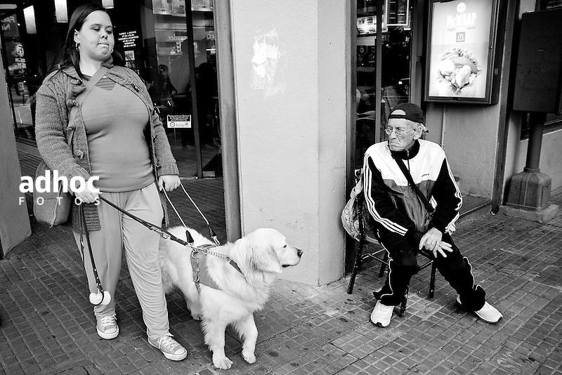 Javier Calvelo/ URUGUAY/ MONTEVIDEO/ Calle/ Proyecto Los de Afuera - Serie Invisible -  Florencia Spinosa/ Florencia Spinosa es una de los tres uruguayos y la primera mujer discapacitados visuales que tienen un perro gu&iacute;a en lugar de un baston. Junto Salu una golden retriever blanca pasea por Montevideo. Florencia Spinosa empez&oacute; con problemas visuales a los dos a&ntilde;os y medio. A los cinco perdi&oacute; la visi&oacute;n de un ojo y a los 8 a&ntilde;os sufri&oacute; desprendimiento de retina en el otro.  A trav&eacute;s de la Fundaci&oacute;n de Apoyo y Promoci&oacute;n del Perro de Asistencia (Fundappas) y la organizaci&oacute;n Perros de Asistencia y Animales de Terapia (PAAT) accedi&oacute; a un perro gu&iacute;a. En Uruguay la legislaci&oacute;n permite que los perros gu&iacute;as tengan acceso a lugares p&uacute;blicos, &oacute;mnibus y taxis desde 2008. <br /> Sali con Florencia a caminar y a hacer unos tramites que tenia, luego fuimos al ULAC para un curso que esta tomando.<br /> En la foto:  Florencia Spinosa. Foto: Javier Calvelo / adhocfotos<br /> 2012-03-28 dia miercoles<br /> adhocFOTOS