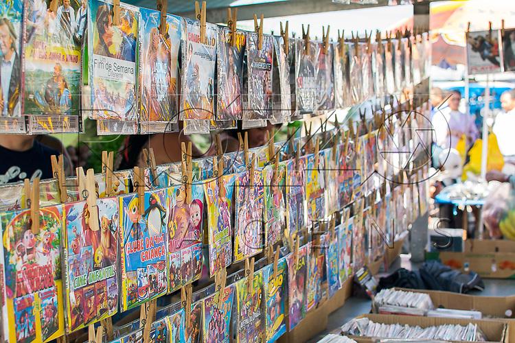 Venda de  DVDs piratas em feira livre, São Paulo - SP, 08/2016.