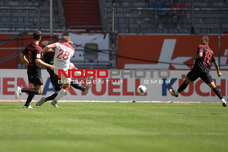 Tor zum 1-1 von Rouwen HENNINGS (Fortuna Duesseldorf),<br />Aktion,Torschuss gegen <br />Raphael FRAMBERGER (FC Augsburg),und Rani KHEDIRA (FC Augsburg).<br />Re:Chris Felix UDUOKHAI  (FC Augsburg).<br /><br />Fussball 1. Bundesliga, 33.Spieltag, Fortuna Duesseldorf (D) -  FC Augsburg (A), am 20.06.2020 in Duesseldorf/ Deutschland. <br /><br />Foto: AnkeWaelischmiller/Sven Simon/ Pool/ via Meuter/Nordphoto<br /><br /># Editorial use only #<br /># DFL regulations prohibit any use of photographs as image sequences and/or quasi-video #<br /># National and international news- agencies out #
