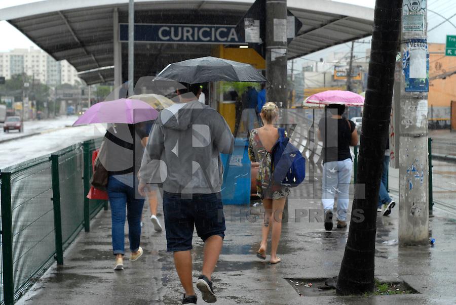 RIO DE JANEIRO, RJ 14.11.2016 - CLIMA-RJ - Após noite com muitos raios e trovoadas, a cidade do Rio de Janeiro tem o céu nublado e muita chuva no bairro de Jacarepaguá na região oeste da cidade nesta segunda-feira dia (14). (Foto: Marcos Victorio/Brazil Photo Press)