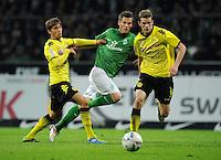 FUSSBALL   1. BUNDESLIGA   SAISON 2011/2012    9. SPIELTAG SV Werder Bremen - Borussia Dortmund                 14.10.2011 Chris Loewe (li) und Sven BENDER (re, beide Dortmund) blocken Markus ROSENBERG (Mitte, Bremen)