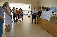 Jean-LALLOUR, aidé de son frere aux chants, dispense son cours
