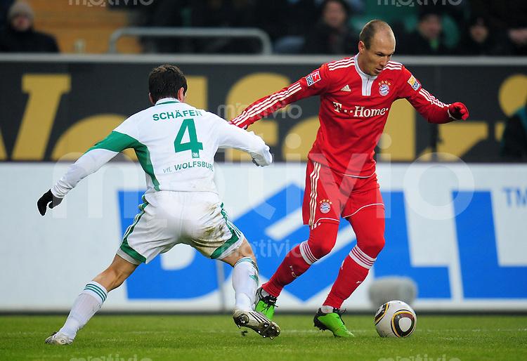 FUSSBALL  1. BUNDESLIGA   SAISON 2009/2010  21. SPIELTAG VfL Wolfsburg - FC Bayern Muenchen                     06.02.2010 Arjen ROBBEN (re, Bayern) in roter Unterhose gegen Marcel SCHAEFER (li, Wolfsburg)
