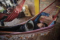 VILLAVICENCIO -COLOMBIA. 13-10-2018: Un vaquero descansa durante el 22 encuentro Mundial de Coleo en Villavicencio, Colombia realizado entre el 11 y el 15 de octubre de 2018. / A cowboy rests during the 22 version of the World  Meeting of Coleo that takes place in Villavicencio, Colombia between 11 to 15 of October, 2018. Photo: VizzorImage / Gabriel Aponte / Staff