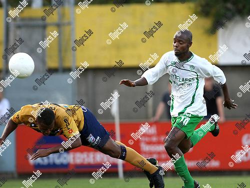 2009-08-22 / Voetbal / Cofidis Cup / Dessel Sport - OH Leuven / Oliseh Azubuike kopt de bal weg voordat Mohammed Aliyu Datti van Dessel gevaarlijk kon worden...Foto: Maarten Straetemans (SMB)