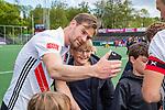 AMSTELVEEN  - Mirco Pruyser (Adam) maakt selfie met supporter.   Hoofdklasse hockey heren ,competitie, heren, Amsterdam-Pinoke (3-2)  . COPYRIGHT KOEN SUYK