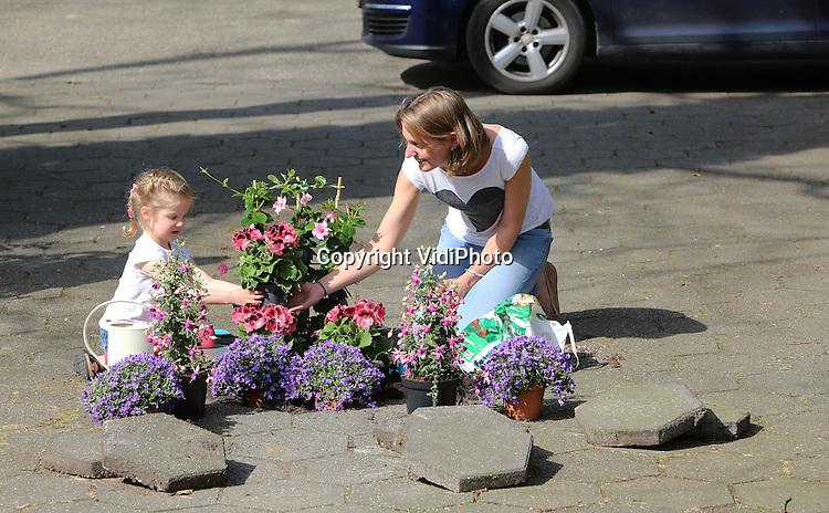 Foto: VidiPhoto<br /> <br /> MAARN - De vereniging Groei &amp; Bloei organiseert dit jaar voor het eerst de Nationale Tuinweek van 14 tot en met 21 juni. De grootste tuinvereniging van Nederland en Belgi&euml; wil daarmee meer mensen enthousiasmeren om actief te gaan tuinieren met bloemen en planten. De Nationale Tuinweek heeft als thema &lsquo;Tegel eruit, plant erin&rsquo;, een initiatief dat Nederland letterlijk groener maakt &ndash; steen voor steen! Daarmee hoopt Groei &amp; Bloei een bijdrage te leveren aan groenere steden en dorpen met een grotere biodiversiteit. De week wordt feestelijk afgesloten met het Nationale Open Tuinenweekend. Meer dan 1.000 trotse tuinbezitters stellen dan hun tuin gratis open voor publiek.