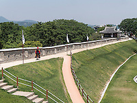 Mauer beim Nordtor Hwaseomun der Festung von Suwon, Provinz Gyeonggi-do, S&uuml;dkorea, Asien, Unesco-Weltkulturerbe<br /> wall near northgate Hwaseomun of fortress Hwaseong, Suwon, Province Gyeonggi-do, South Korea Asia, UNESCO World-heritage