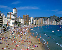 Spain, Costa Blanca, Benidorm: View over Playa de Levante in Summer | Spanien, Costa Blanca, Benidorm: Touristen-Hochburg mit Strand Playa de Levante