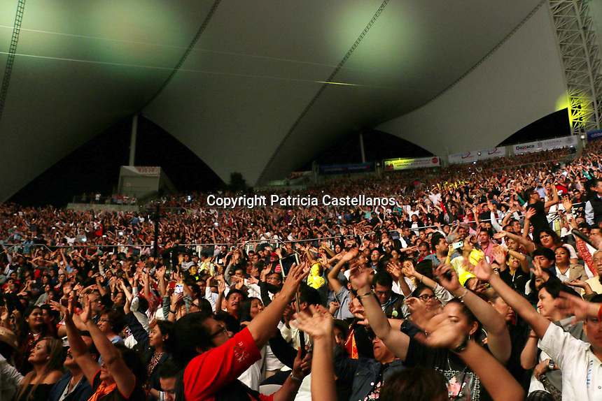Oaxaca, Oax. 20 de Julio de 2017 - Con un repertorio musical integrado por sus m&aacute;s grandes &eacute;xitos, y acompa&ntilde;ada de decenas de bailarines originarios de las 8 regiones de Oaxaca, mismos quienes dieron muestra  de su talento con extraordinarias danzas, Lila Downs hizo a vibrar el auditorio &quot;Guelaguetza&quot; en el marco de las fiestas de julio, poniendo a bailar a los miles de asistentes que se congregaron en el &quot;Cerro del Fort&iacute;n&quot; para deleitarse con el espect&aacute;culo de la cantante oaxaque&ntilde;a en la &quot;Rotonda de las Azucenas&quot;.<br />  <br /> Cabe destacar que durante este concierto estuvieron presentes el gobernador del estado, Alejandro Murat Hinojosa, quien se acompa&ntilde;&oacute; de su esposa Ivette Moran, as&iacute; como del edil capitalino, Jos&eacute; Antonio Hern&aacute;ndez Fraguas, y dem&aacute;s funcionarios, quienes se contagiaron del sabor de los ritmos, y no tardaron en ponerse a bailar las diferentes danzas oaxaque&ntilde;as, y a corear las canciones de Lila Downs.