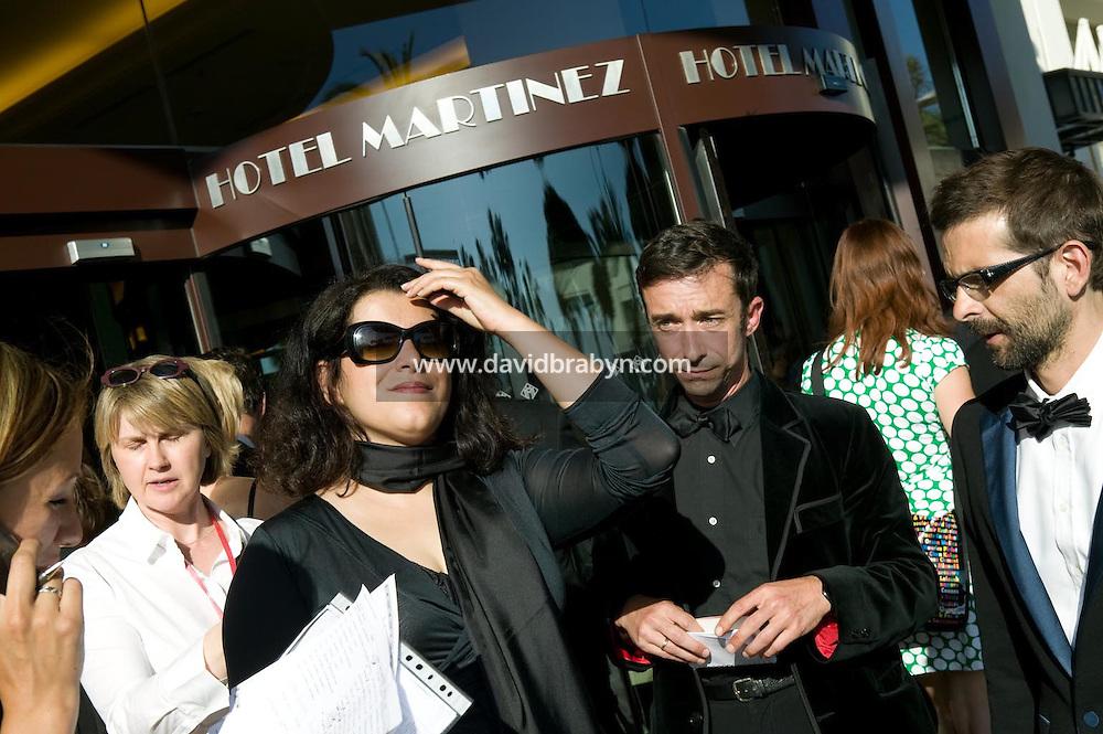 Marjane Satrapi (2G, lunettes noires), depart pour la montee des marches, 20 ans de la Fondation Groupama-Gan pour le Cinema, Cannes, France, 18 mai 2007.