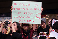 SAO PAULO, SP - 27.03.2017 - PROTESTO-SP - Artistas protestam contra o congelamento da verba da Prefeitura da cidade de S&bdquo;o Paulo voltados para cultura na tarde desta segunda-feira (27) em frente ao teatro municipal de S&bdquo;o Paulo, no centro da capital.<br /> <br /> (Foto: Fabricio Bomjardim / Brazil Photo Press)