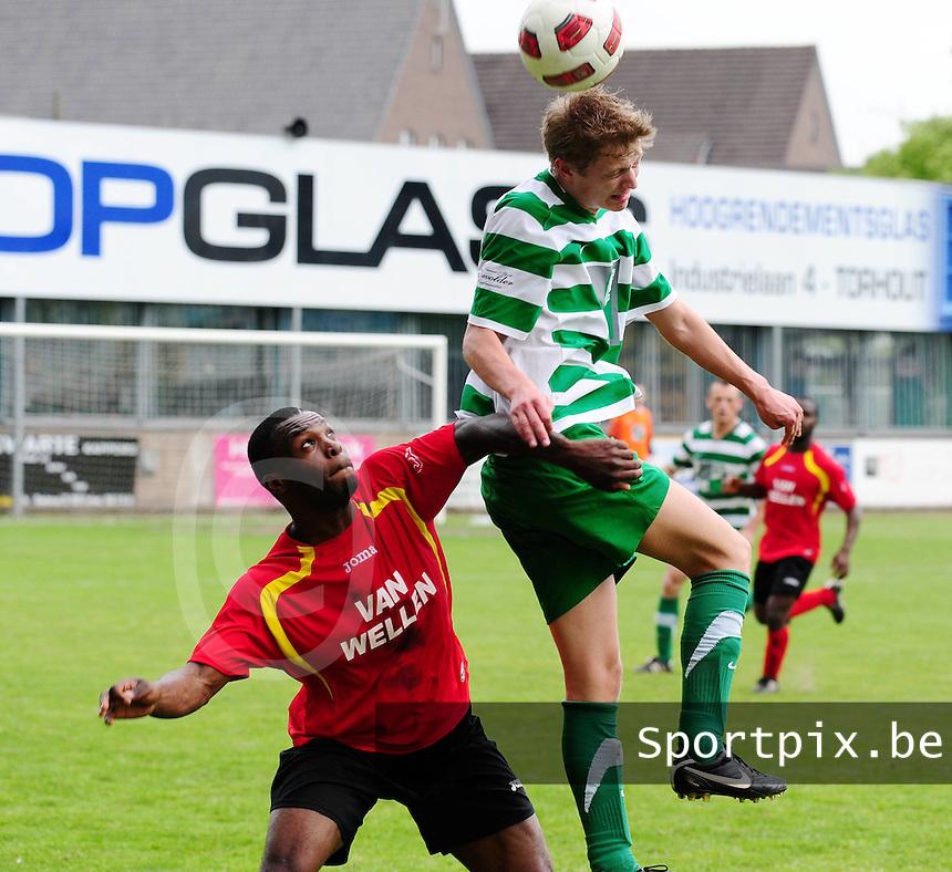 Torhout KM - R Cappellen FC : Mathias Dekeyser klimt hoger dan Kwakye Oduro.foto VDB / BART VANDENBROUCKE