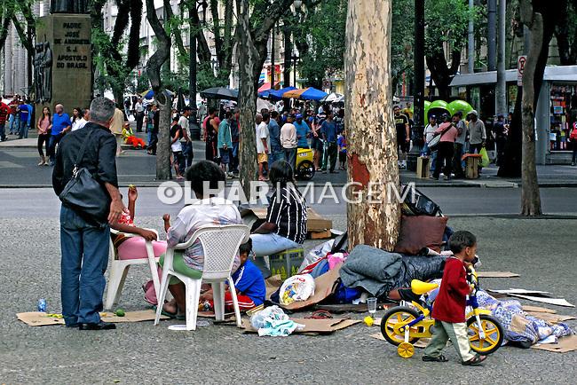 Família de sem teto na Praça da Sé. São Paulo. 2009. Foto de Juca Martins.
