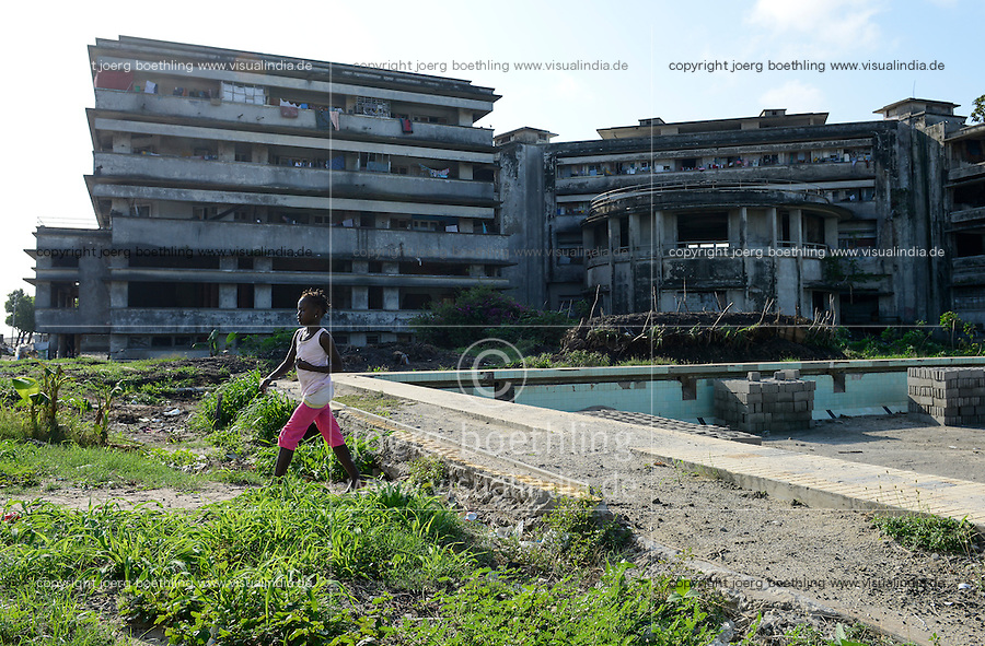 MOZAMBIQUE, Beira, Grande Hotel, five star luxury hotel, opened 1955 during portuguese colonial time, during civil war used by  army, police and as prison, since 1981 occupied by 2000-3000 squatters, abandoned swimming pool with garbage / MOSAMBIK, Beira, Grand Hotel Beira, wurde 1955  in der portugiesischen Kolonialzeit eroeffnet, im Buergerkrieg wurde es durch Armee, Polizei und als Gefaengnis genutzt, seit 1981 wird es von 2000-3000 Obdachlosen ohne Strom-, Abwasser- und Wasserversorgung bewohnt, aufgegebenes Schwimmbad mit Muell