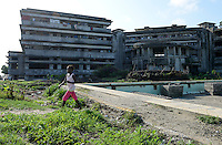 MOZAMBIQUE, Beira, Grande Hotel, five star luxury hotel, opened 1955 during portuguese colonial time, during civil war used by  army, police and as prison, since 1981 occupied by 2000-3000 squatters, abandoned swimming pool with garbage / MOSAMBIK, Beira, Grand Hotel Beira, wurde 1955  in der portugiesischen Kolonialzeit eroeffnet, im Buergerkrieg wurde es durch Armee, Polizei und als Gefaengnis genutzt, seit 1981 wird es von 2000-3000 Obdachlosen ohne Strom-, Abwasser- und Wasserversorgung bewohnt, aufgegebenes Schwimmbad mit Muell
