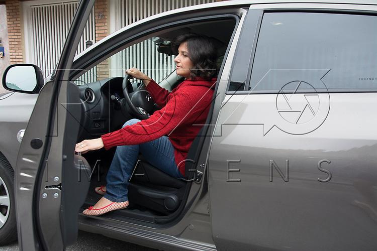 Mulher saindo do carro, S&atilde;o Paulo - SP, 09/2015. <br /> Uso de imagem autorizado