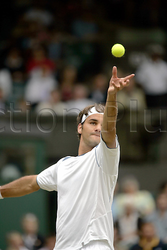 25 June 2005: Swiss player Roger Federer (SUI) serving during his third round mens singles match against Kiefer at the All England Lawn Tennis Championships, Wimbledon, London. Federer won the match 6-2, 6-7, 6-1, 7-5. Photo: Glyn Kirk/Actionplus..040621 man mens male gentlemens serve service