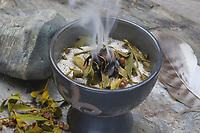 Räuchern mit Mistel, Mistelbeeren, Mistelblättern und Räucherkohle, Räucherritual, Räuchern mit Kräutern, Kräuter verräuchern, Wildkräuter, Duftkräuter, Duft, Räuchergefäß, Smoking with herbs, wild herbs, aromatic herbs, fumigate, cure, censer, incense burner, perfume burner. Mistel, Misteln, Laubholz-Mistel, Weißbeerige Mistel, Viscum album, Mistletoe, European mistletoe, common mistletoe, mistle, Le gui, gui blanc, gui des feuillus