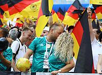Deutsche Fans feiern mit einem Kuss - 17.06.2018: Deutschland vs. Mexico, Luschniki Stadium Moskau