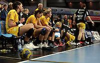 EHF Champions League Handball Damen / Frauen / Women - HC Leipzig HCL : SD Itxako Estella (spain) - Arena Leipzig - Gruppenphase Champions League - im Bild: Stille auf der Bank nach dem Abpfiff. Foto: Norman Rembarz .