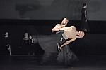 BORROWED LIGHT<br /> <br /> Chor&eacute;graphie Tero Saarinen<br /> Musique originale des Shakers<br /> r&eacute;arrang&eacute;e par Joel Cohen<br /> Direction musicale Joel Cohen et Anne Az&eacute;ma<br /> Lumi&egrave;res et sc&eacute;nographie Mikki Kunttu<br /> Costumes Erika Turunen<br /> Son Heikki Iso-Ahola<br /> Avec les danseurs de la Tero Saarinen<br /> Company : Satu Halttunen, Henrikki Heikkila, Annika Hyv&auml;rinen, Carl Knif, Sini Lansivuori, Pekka Louhio, Maria Nurmela, Heikki Vienola<br /> Avec les chanteurs de The Boston Camerata :<br /> Anne Az&eacute;ma (soprano), Carolann Buff (mezzo-soprano), Susan Consoli (soprano), Daniel Hershey (t&eacute;nor), Joel Nesvadba (baryton), Camila Parias (soprano), Ryan Turner (t&eacute;nor), Donald Wilkinson<br /> (baryton-basse)<br /> Compagnie : Cie Tero Saarinen<br /> Lieu : Th&eacute;&acirc;tre National de Chaillot<br /> Ville : Paris<br /> Date : Le 12/03/2014<br /> &copy; Laurent Paillier / photosdedanse.com