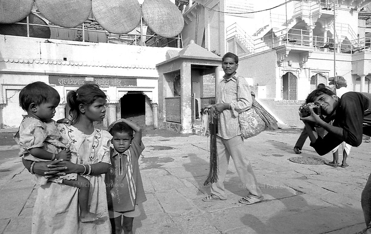 09.2006 Varanasi (Uttar Pradesh)<br /> <br /> Young boy taking pictures of poor childrens.<br /> <br /> Jeune homme prenant des photos de pauvres enfants.