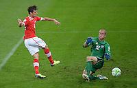 Fussball International  WM Qualifikation 2014   in Bern Schweiz - Island          06.09.2013 Valentin Stocker (li, Schweiz) gegen Torwart Hannes Thor Halldorsson (Island)