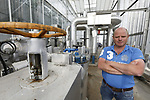 Foto: VidiPhoto<br /> <br /> WESTDORPE – Kinderziekten of storingen zijn er nauwelijks, zodat paprikagigant 4Evergreen in de 50 ha. kassen in Westdorpe bij Terneuzen 24 uur per dag de beschikking heeft over een 'duurzame' warmtebron. Duurzaam tussen aanhalingstekens, omdat het hier gaat om restwarmte van Yara, 2,5 km verderop. De kunstmestfabriek gebruikt fossiele brandstoffen voor het productieproces. Al vijf jaar 'krijgt' 4Evergreen het warme water van de fabriek voor het verwarmen van de kassen via een gescheiden watersysteem, zij het in het begin op beperkte schaal. Straks moet de totale 55 ha. (deels nog in aanbouw) van de paprikateler restwarmte ontvangen, vertelt manager arbeid Johan Gunter. De warmtewisselaar koelt het water van Yara weer terug van 85 naar zo'n 37 graden Celsius. Er liggen verder plannen voor het plaatsen van 6000 zonnepanelen, waardoor het bedrijf op het gebied van electriciteit voor een groot deel zelfvoorzienend is. Verder hebben alle kassen dubbele schermen om 's avonds de warmte vast te houden. Op de locatie in Steenbergen wordt gezamenlijk met de buren de mogelijkheden van restwarmte en co2 toevoer bekeken. Volledig duurzame glastuinbouw moet op de lange termijn mogelijk zijn, verwacht Gunter.