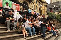 RIO DE JANEIRO, RJ, 29.10.2013 - SOS CULTURA - Servidores do Ministério da Cultura realizam ato nas escadarias da Biblioteca Nacional  em defesa da cultura e de seus servidores o ato integra a luta por melhores salários para os pesquisadores, técnicos e auxiliares e marca o aniversários de 203 anos da Biblioteca Nacional nessa terça 29. (Foto: Levy Ribeiro / Brazil Photo Press)