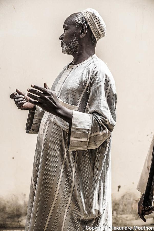 Cet homme, Moussa Ndoye, a découvert un matin de ses 20 ans des hommes construisant l'une des premières pompes solaires pour puiser l'eau en situation de la Sofretes, dans son village de Mérina Dakhar,  en 1976. Il fût ensuite co-conducteur des travaux, avec les techniciens français, de la plupart de la dizaine d'autres pompes installées par l'entreprise au Sénégal. Il nous fait visiter le site, où il ne reste presque rien, si ce n'est sa mémoire et sa précieuse parole.