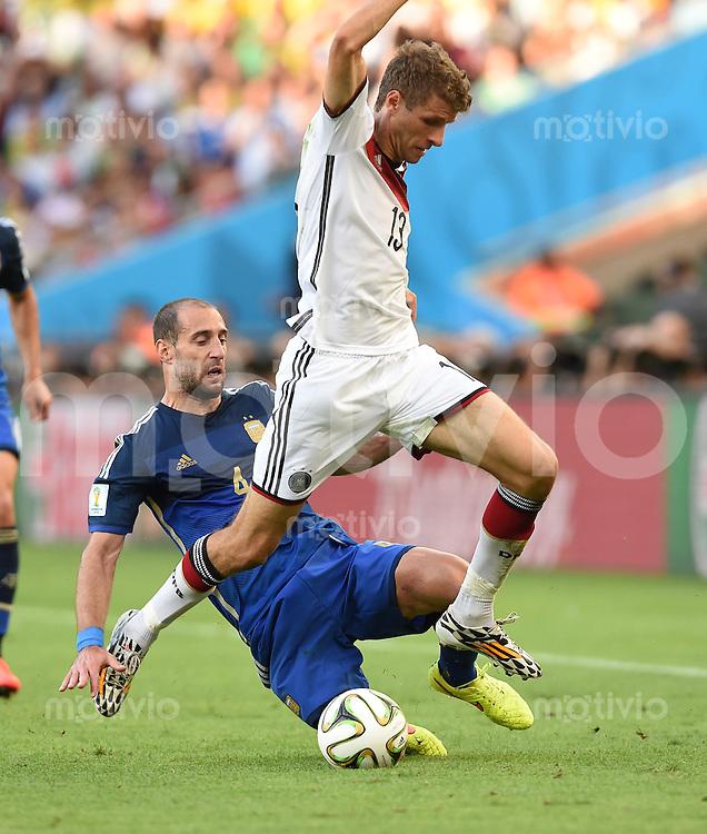 FUSSBALL WM 2014                FINALE Deutschland - Argentinien     13.07.2014 Pablo Zabaleta (li, Argentinien) gegen Thomas Mueller (re, Deutschland)