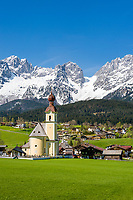 Austria, Tyrol, Going with village church and Wilder Kaiser mountains | Oesterreich, Tirol, Going am Wilden Kaiser mit Dorfkirche zum heiligen Kreuz