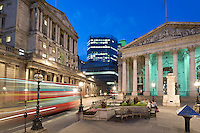 United Kingdom, England, London: Bank of England (on left) and Royal Exchange (on right) in The City financial district on Threadneedle Street at night | Grossbritannien, England, London: Bank von England (links) und koenigliche Boerse (rechts) im Finanz Distrikt, abends