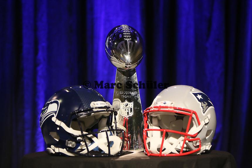 Helme der beiden Teams Seattle Seahawks und New England Patriots mit der Vince Lombardi Trophy - Don Shula High School Coach of the Year Award, Super Bowl XLIX, Convention Center Phoenix