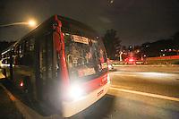 SAO PAULO, SP, 22.03.2014 - PROTESTO ZONA LESTE / ONIBUS QUEIMADO Um ônibus foi incendiado e outro depedrado na Avenida Jacu-Pêssego, na zona leste de São Paulo, no final da tarde deste sábado. De acordo com a Polícia Militar, um grupo de pessoas escondendo o rosto interrompeu o trânsito na via por volta das 17h12 e tentou atear fogo em dois ônibus. Policiais militares chegaram ao local e impediram o incêndio no segundo coletivo. (Foto: William Volcov / Brazil Photo Press).
