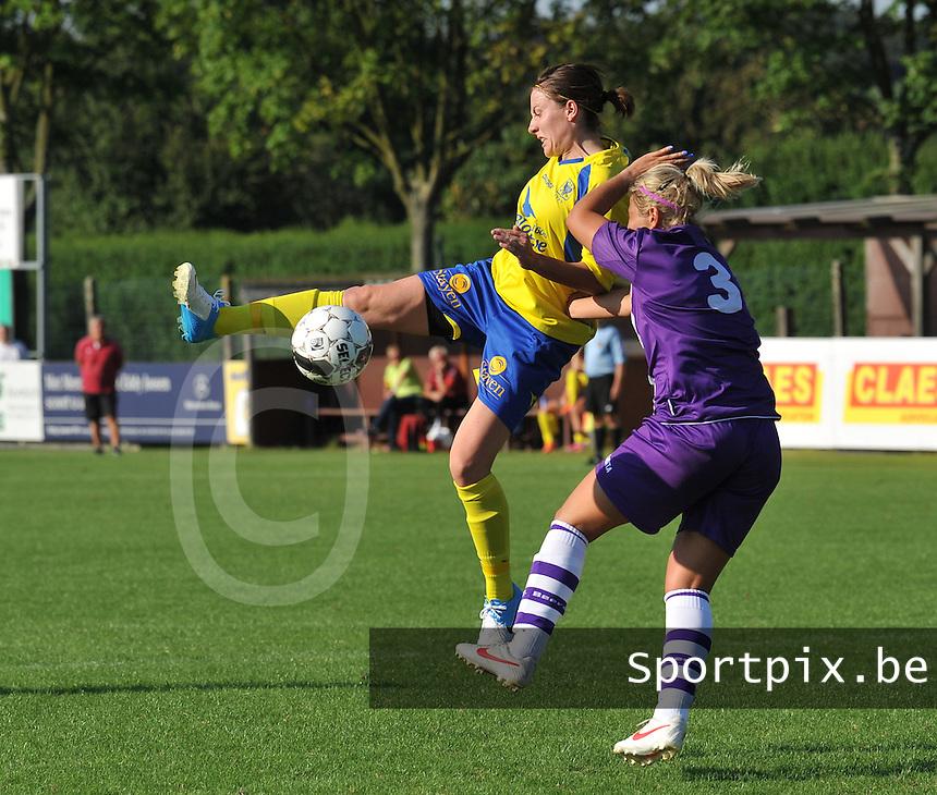 Beerschot Dames - STVV  Sint-Truiden VV Dames :.Elke Meers aan de bal voor Katrien Van Rooy.foto JOKE VUYLSTEKE / Vrouwenteam.be