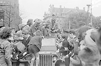 Photo from the NIOD's Huizinga collection. Residents gather around a jeep with Canadian soldiers on the Buitenhof.