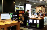 SAO PAULO, SP, 11 DE MAIO DE 2012 - LANCAMENTO IPAD3- Consumidores compram o Ipad3, da Apple, durante o lancamento na loja Fnac da Avenida Paulista, nesta sexta-feira (11), em São Paulo. (FOTO: GEORGINA GARCIA / BRAZIL PHOTO PRESS).