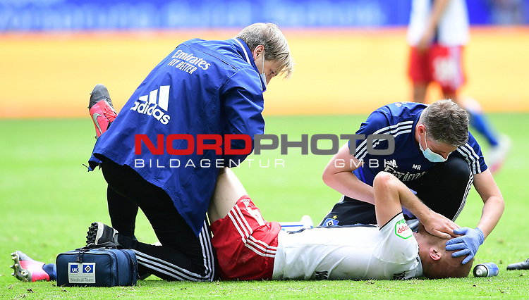 v.l. Mannschaftsarzt Dr. Wolfgang Schillings, Rick van Drongelen (HSV, verletzt), Physiotherapeut Mario Reicherz<br />Hamburg, 28.06.2020, Fussball 2. Bundesliga, Hamburger SV - SV Sandhausen<br />Foto: Tim Groothuis/Witters/Pool//via nordphoto<br /> DFL REGULATIONS PROHIBIT ANY USE OF PHOTOGRAPHS AS IMAGE SEQUENCES AND OR QUASI VIDEO<br />EDITORIAL USE ONLY<br />NATIONAL AND INTERNATIONAL NEWS AGENCIES OUT