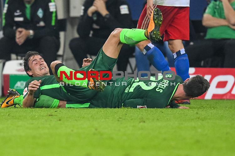 30.09.2017, Volksparkstadion, Hamburg, GER, 1.FBL Hamburger SV vs Werder Bremen , im Bild<br /> <br /> Thomas Delaney (Werder Bremen #6)<br /> Fin Bartels (Werder Bremen #22)<br /> am Boden<br /> <br /> Foto &copy; nordphoto / Kokenge