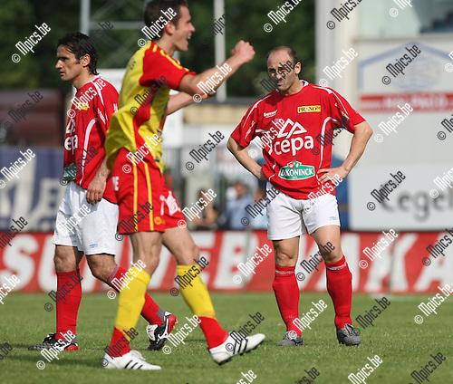 2008-06-01 / Voetbal / R. Antwerp FC - Tubeke / Tubeke viert de promotie. Darko Pivaljevic kijkt teleurgesteld toe...Foto: Maarten Straetemans (SMB)