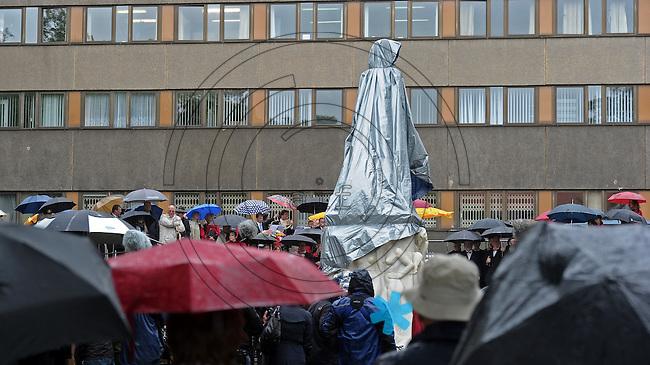 """Enthüllung des Wagner Denkmals von Künstler Stephan Balkenhol anlässlich des 200. Geburtstages des Komponisten Richard Wagner am Mittwoch (22.05.2013) in Leipzig am Promenadenring in der Nähe der """"Runden Ecke"""" . Foto: Norman Rembarz"""