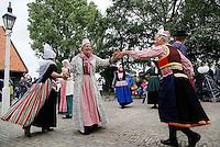Zaanse Schans Folkloredag.  Dansgroep Oostzaan. De leden van de dansgroep zijn gekleed in klederdrachten uit verschillende streken