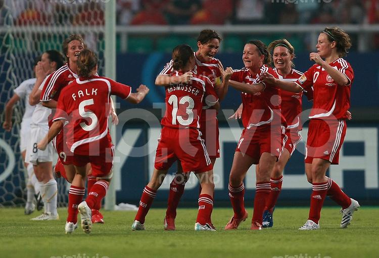 Fussball Frauen Weltmeisterschaft China 2007 , ,  Gruppe D , Daenemark - Neuseeland ; Denmark - New Zealand  Die daenische Mannschaft jubelt ueber das 1:0 von Katrine PEDERSEN (DEN)