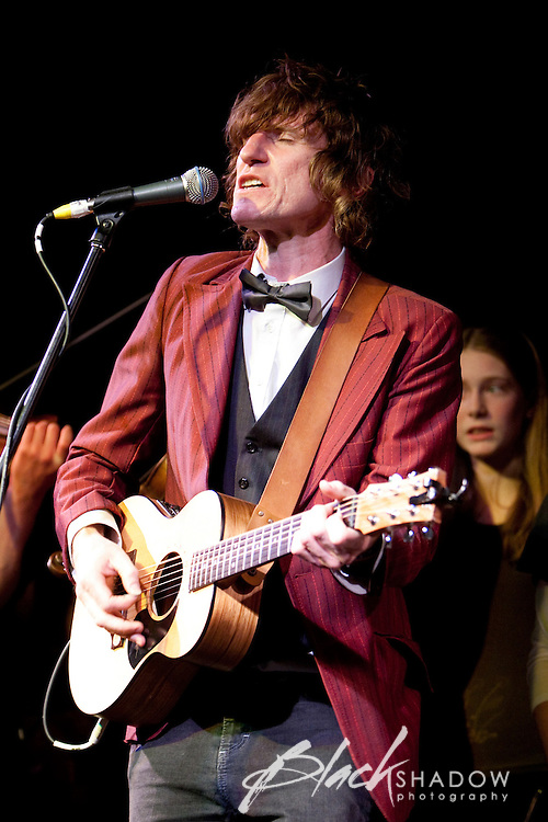 Tim Rogers and students performing at the Winterlong Benefit Concert for the Sophia Mundie Steiner School, held at the Thornbury Theatre, 30 August 2009.