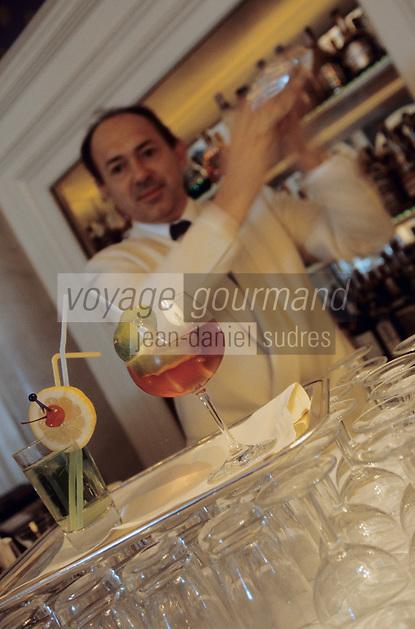 Europe/Italie/Lac de Come/Lombardie/Cernobbio : Villa d'Este (XVI°) - Le barman prépare un cocktail