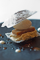 Europe/Espagne/Catalogne/Catalogne/Gérone: Le mille-feuille de moka avec son feuilletage d'anis, sa mousse de moka, son café glacé, recette des frères Roca - Le Celler de Can Roca - Restaurant: El Celler de Can Roca à la deuxième place de la liste The World's 50 Best Restaurants
