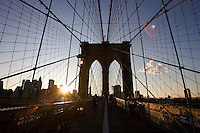 New York, Usa, Giugno 2007. Il ponte di Brooklyn.<br /> Sunset on the Brooklyn bridge